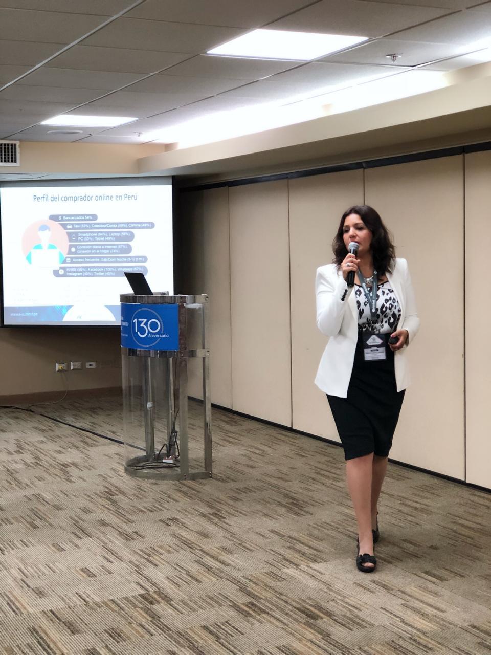 Maria Laura Orfanó, en plena charla brindando recomendaciones para aumentar la tasa de tu tienda ecommerce